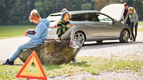 [Translate to Italiano:] Familie mit Autopanne
