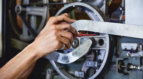 [Translate to Italiano:] Mechaniker am Werk